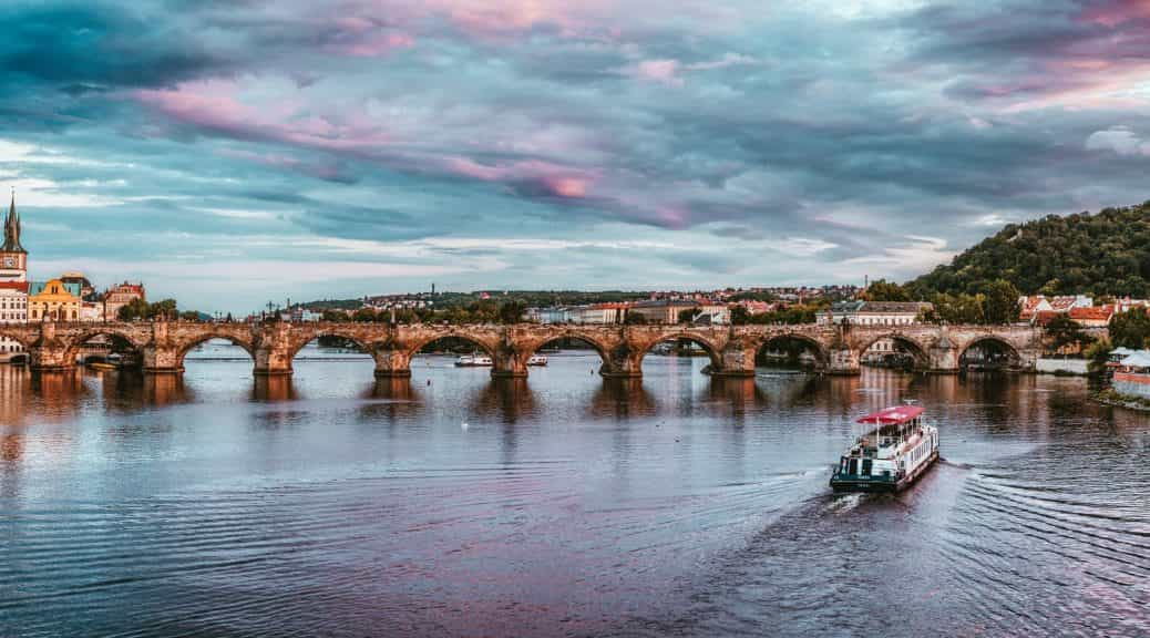Prague tour Sightseeing Boat Cruise